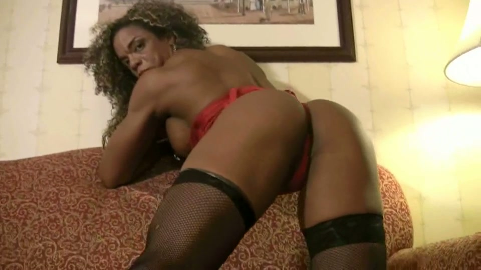 Gespierde zwarte babe toont sexy lichaam