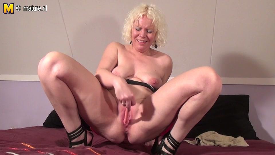 Nederlandse blonde oudere vrouw masturbeert haar spuitkutje