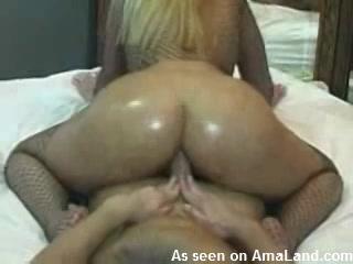 Dikke blondine neukt met haar anus zijn lul
