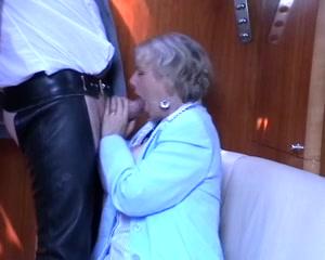 Zijn geile buurvrouw pijpt en laat haar gezicht vol sperma spuiten