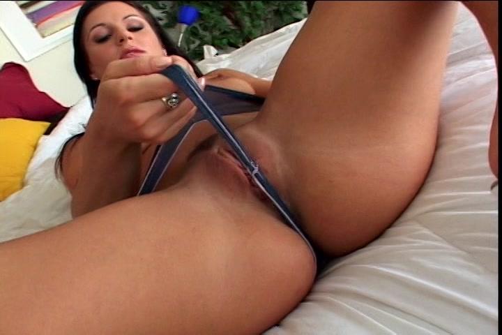 Ze trekt de slip tussen haar schaamlippen en masturbeert tot een orgasme