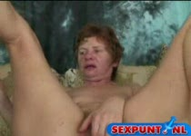 Oma verleid jonge kerel voor sex