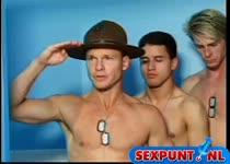 Een orgy met homo kerels in uniform