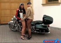 Lesbo biker girls mastuberen zonder en met vibrator