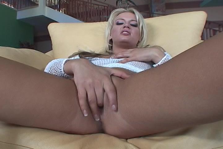 Ze geilt je op en vingert haar soppende kut tot een orgasme