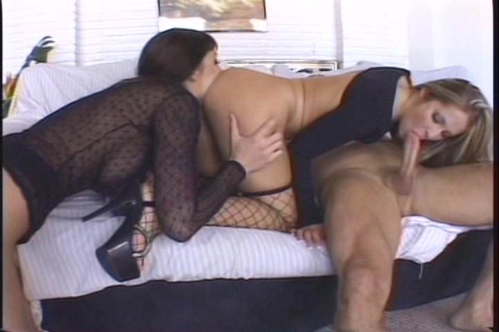 Twee bisex meiden likken elkaars anus en pijpen de stijve lul