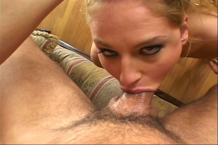 Haar mond klemt om zijn stijve lul tijdens het pijpen