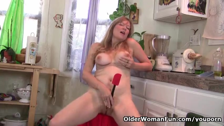 Hij filmt zijn geile vrouw masturberend in de keuken